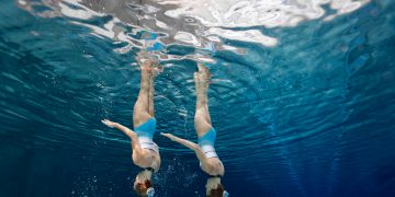 Training synchronized swimming siblings in crystal clear water. Mental strength, brainwaves, career, sports, synchronized brains, performance, psychology, research, GamePlan A