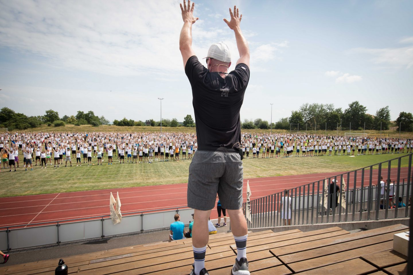 Coach motivating the crowd at the run for the oceans in Herzogenaurach | ocean plastic