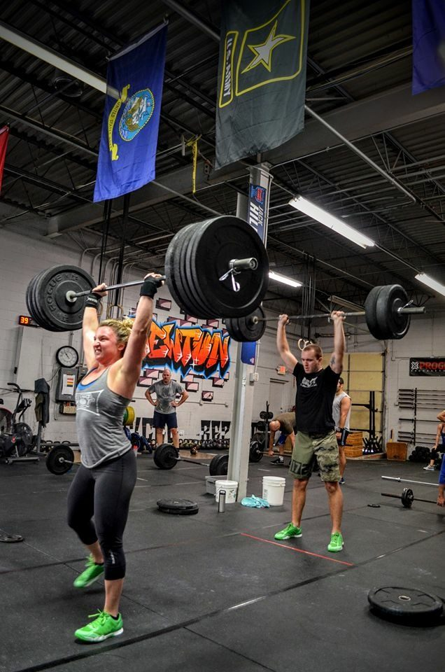 woman and man lifting weights why women should go to the weight room