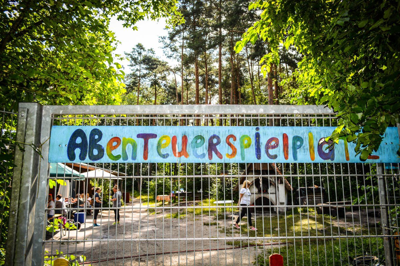 abenteuerspielplatz sign at a metal fence