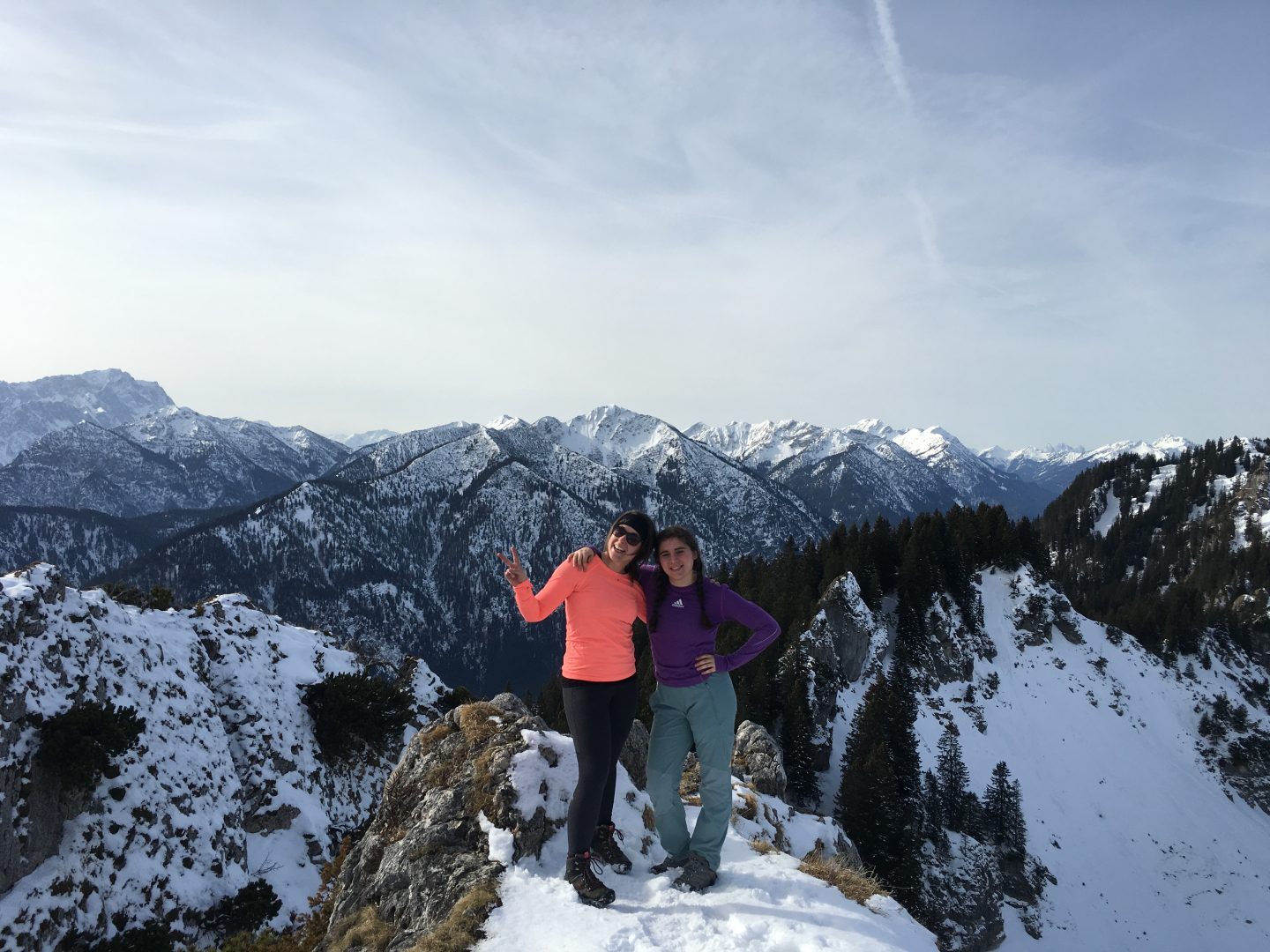 mountains_firends_hiking