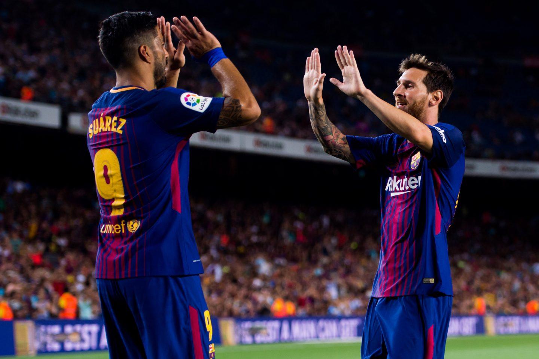 FC Barcelona v Chapecoense_football player_high five