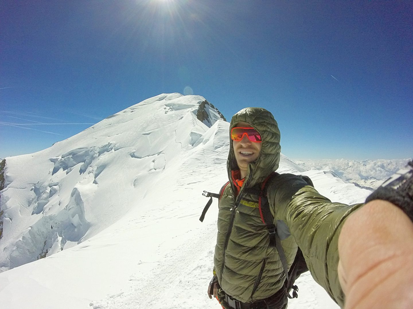 Marcel taking a selfie in front of Mount Blanc's top. In the background you can see the snowy peak.