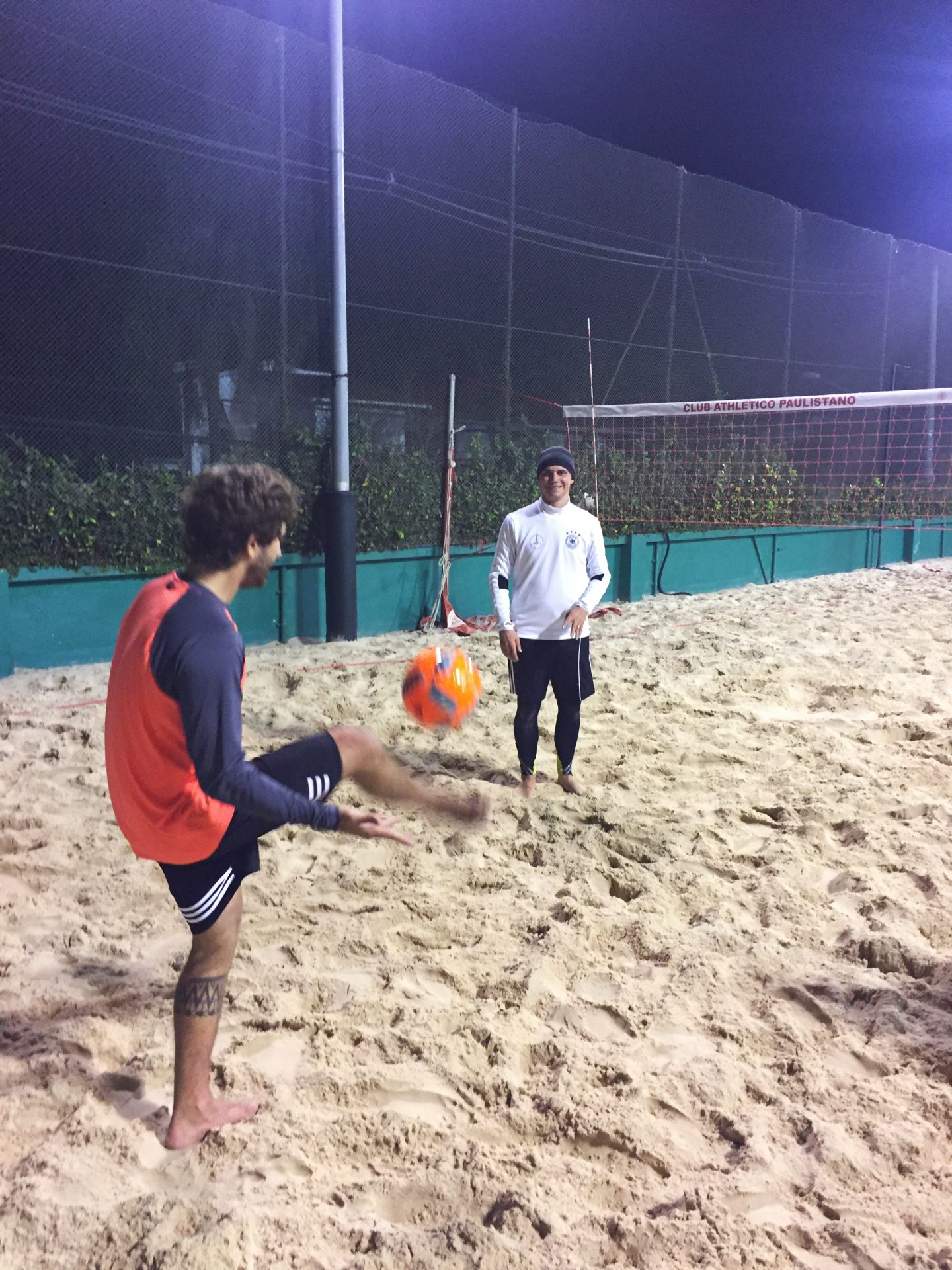 footvolley_teamsport_night_playing_together