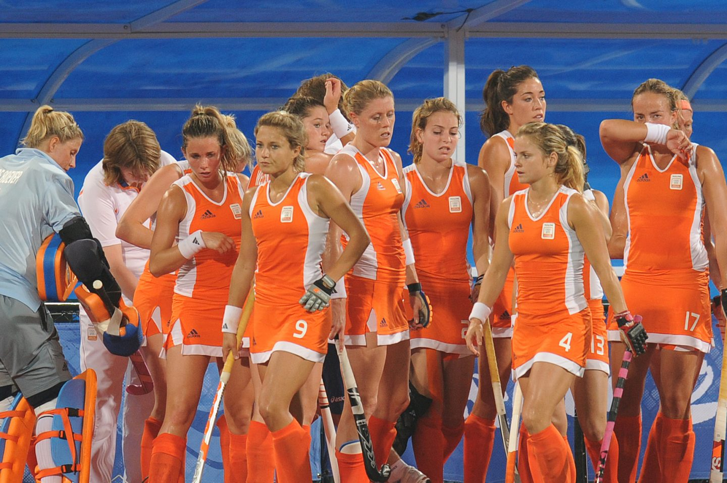 Picture of the Dutch women's hockey team waering their orange dresses